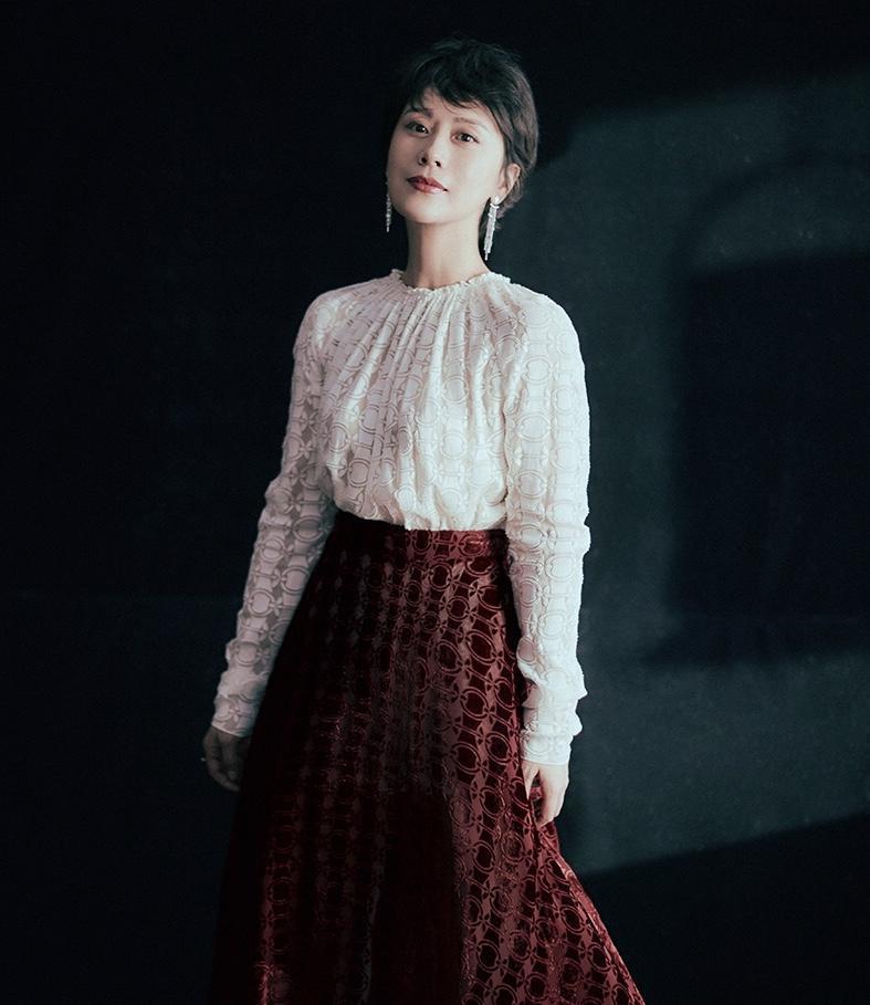 """海清有高颜值""""放肆"""",穿褶皱感白上衣配红色半身裙,气质惹人羡"""