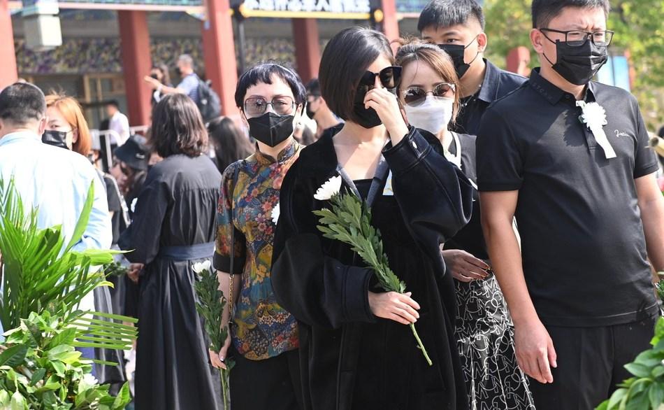 黄子韬爸爸追悼会举行,圈内好友仅赵奕欢现身,鹿晗和吴亦凡缺席