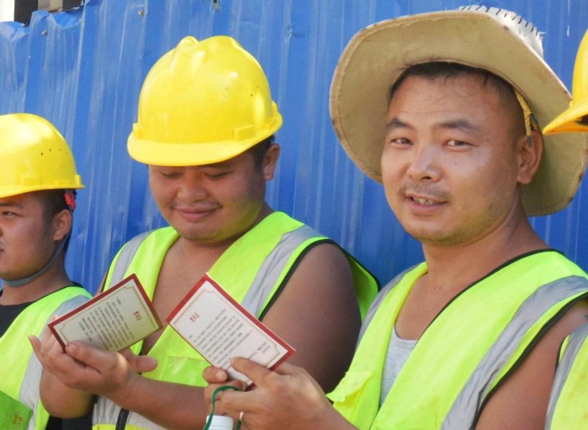 暖心!他们向奋战在高温下的一线清淤工人送上清凉
