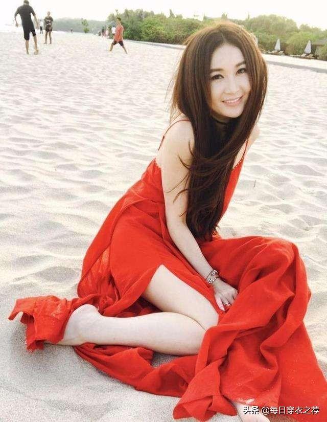 54岁温碧霞太妖媚,真空穿薄裙秀排骨身材,天生媚骨风情万种