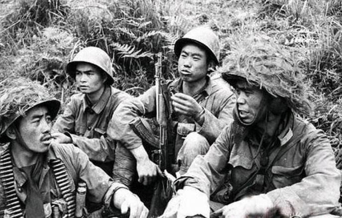 解放军占领越军阵地,发现女兵尸体,还有一幅醒目的标语