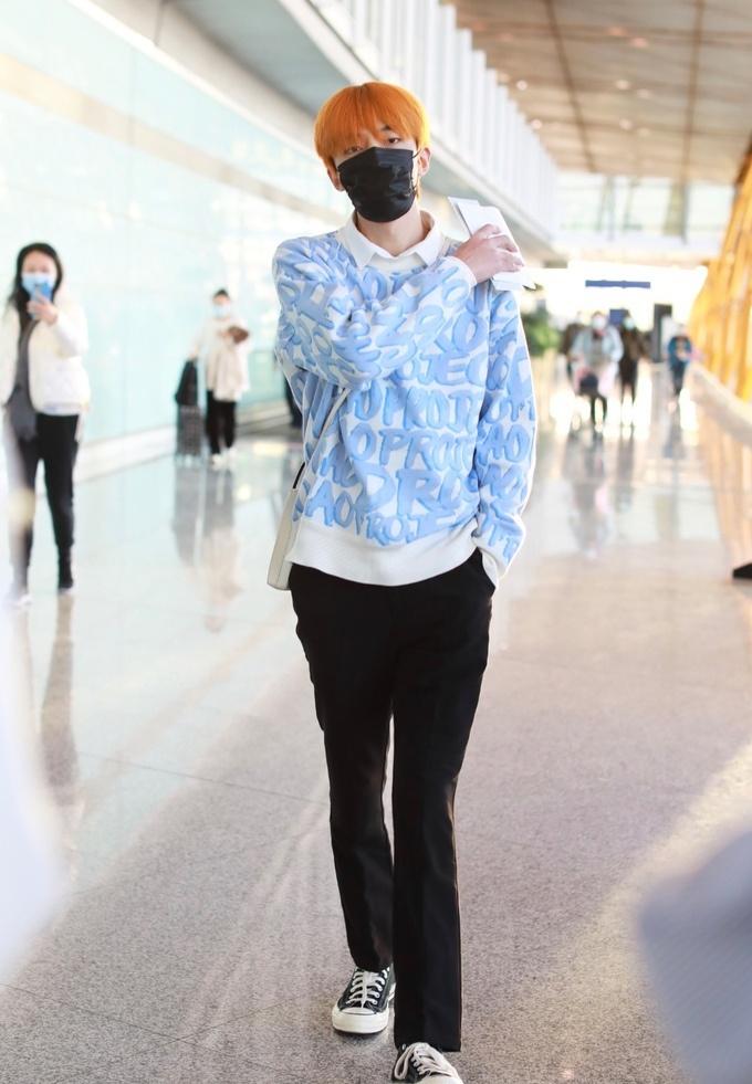 夏瀚宇单手插兜走路帅气十足,王艺瑾白T牛仔裤蓝色毛绒外套清爽