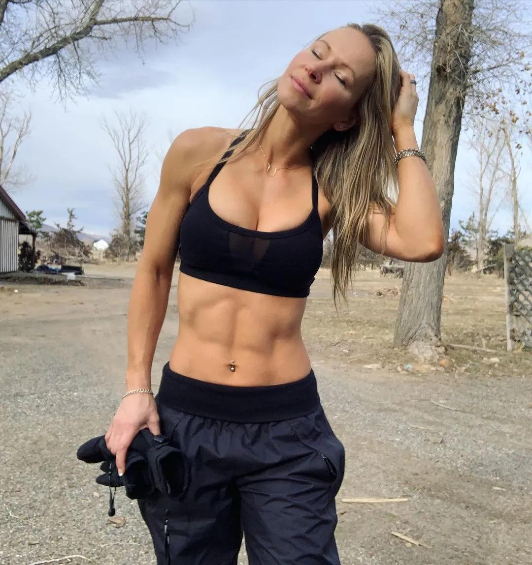 """从艳星转型成""""最火女教练"""",健身让她有了别样人生"""