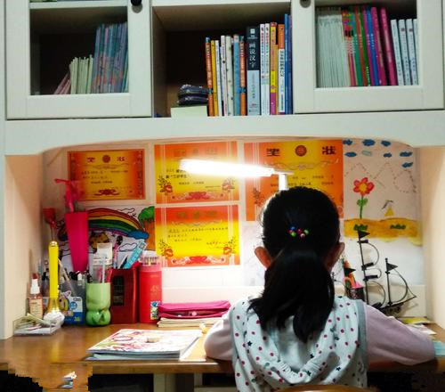 某妈妈在家里安了一个摄像头,监视女儿学习,还通过对讲功能喊话