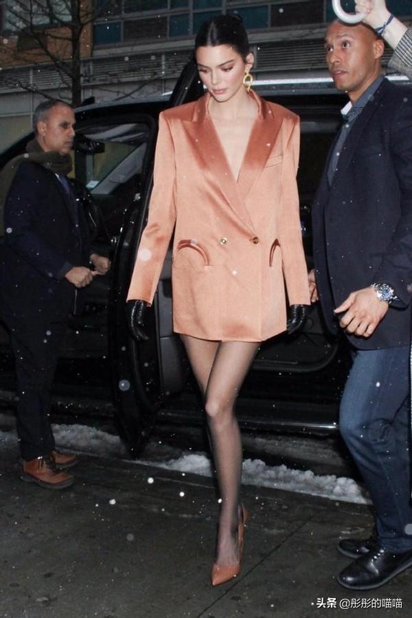 赵雅芝越老越敢穿,全身上下只穿一件西装,看腿真不像67岁的人