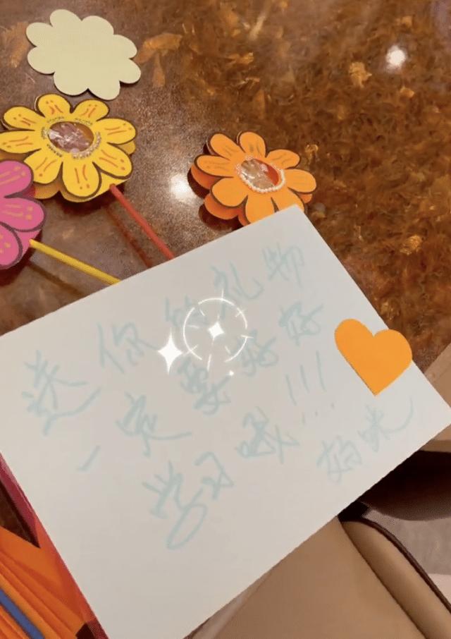 李小璐深夜为女儿准备六一礼物,甜馨穿校服可爱出镜,贾乃亮缺席
