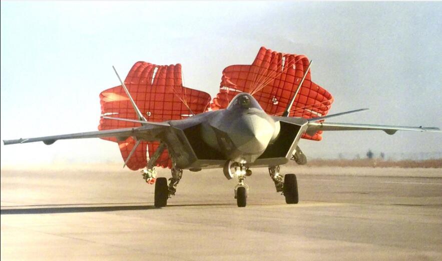 美军F22不用减速伞,为何歼20一直在用?原来是一关键材料不过关