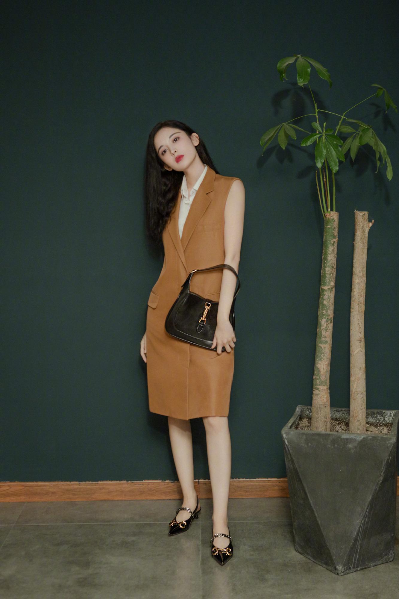 娜扎最新复古大片,色调精致典雅,基础套装也能穿出高级感