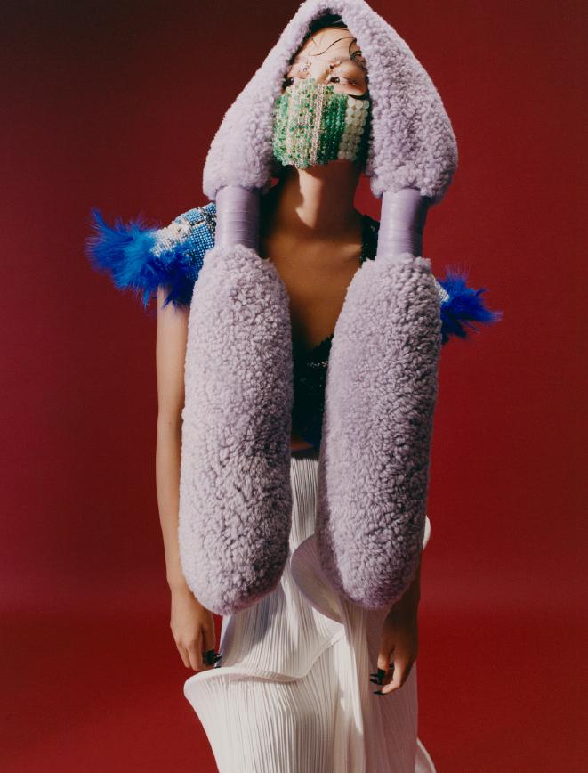 名门泽佳:辛芷蕾春季刊封面,化身海鸟造型效果呼吁保护大自然