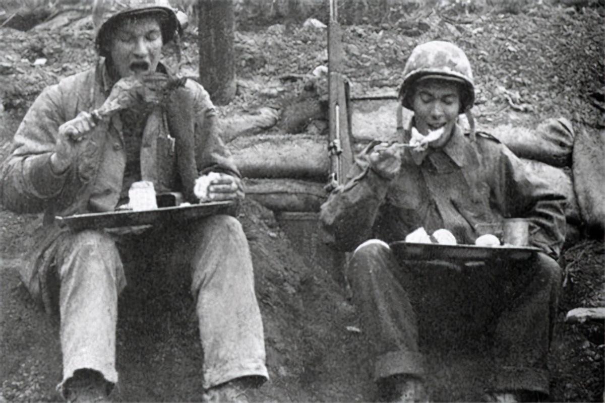 看着看着就哭了!当志愿军老战士尝到现在的军粮