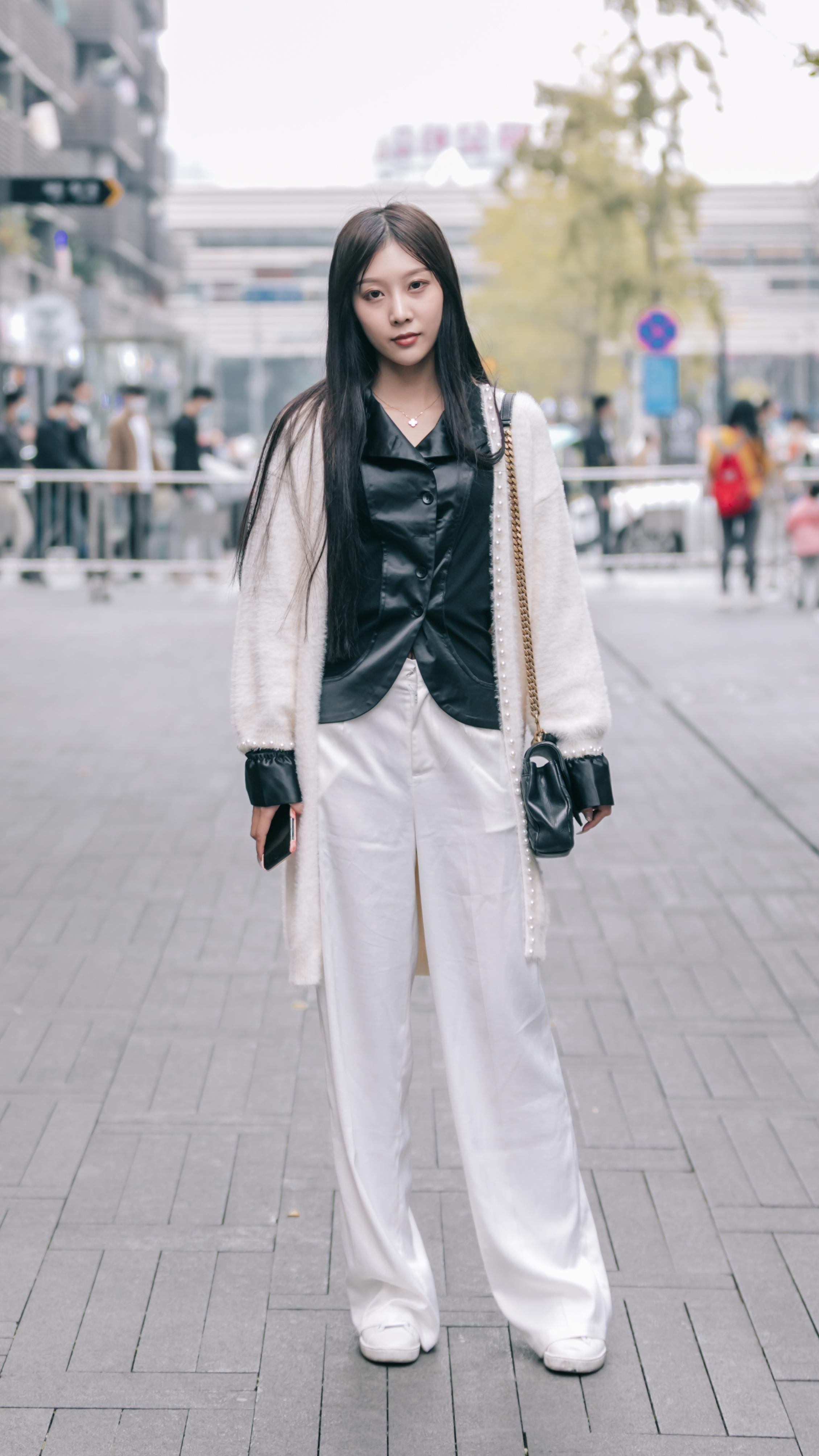 """色彩纯正的""""小白裤"""",让你的冬装搭配清爽大方,更有简约美风格"""