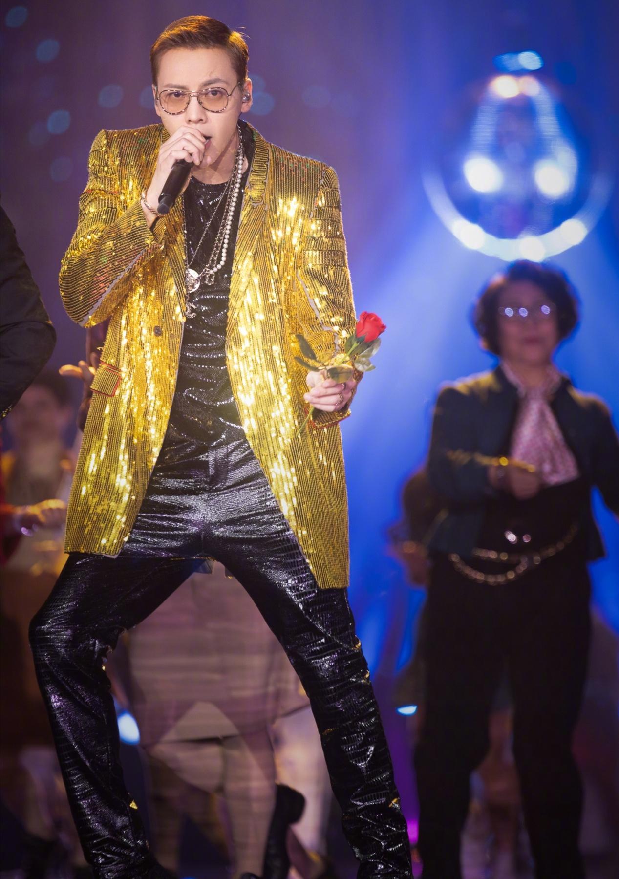 陈伟霆私下调皮,舞台上霸气,一身金色亮片西装好华贵