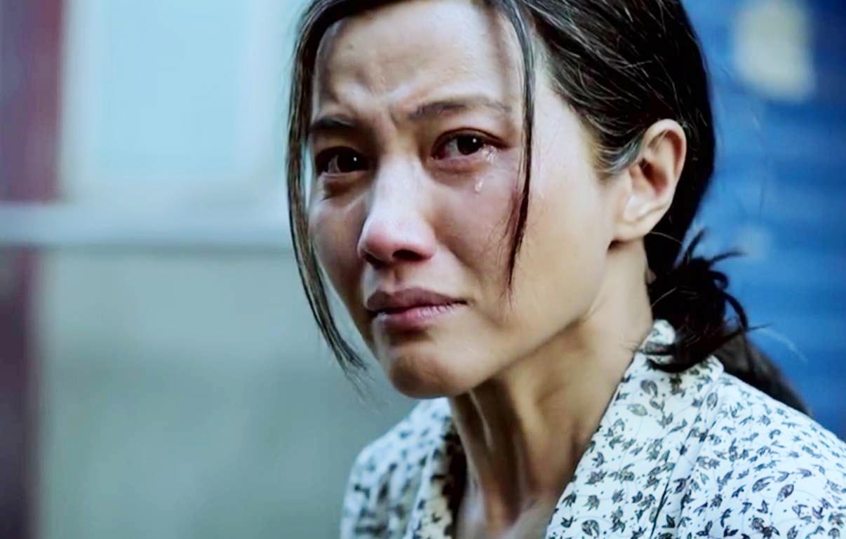 影后颜丙燕:母亲早逝,她49岁仍未婚单身