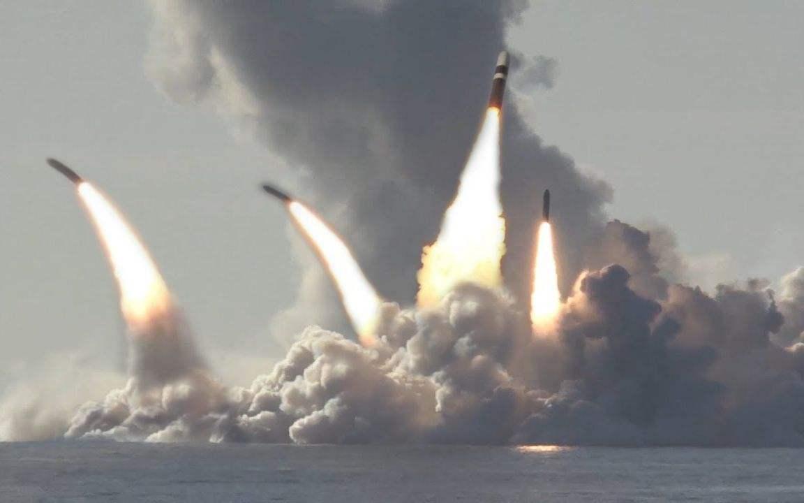 """俄罗斯一口气发射4枚洲际导弹,国际评论:这头""""熊""""在向谁展示""""利爪""""?"""
