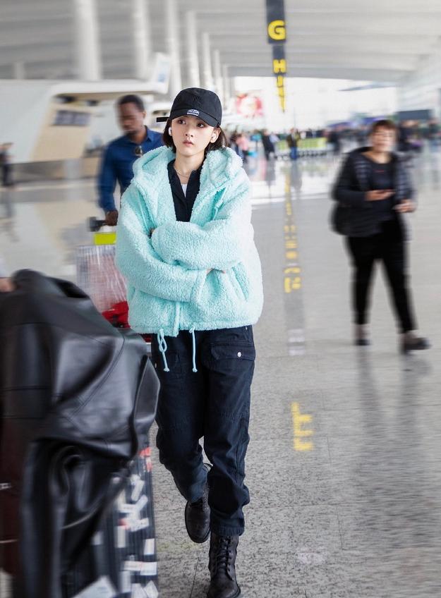 宋祖儿穿男装现身机场,慵懒搭配更显洒脱,感觉像偷穿爸爸的衣服