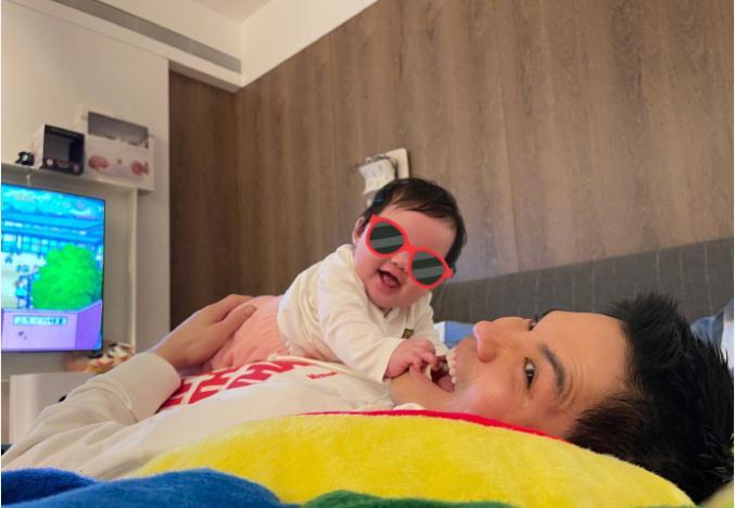 向佐想郭碧婷和女儿,发文期待她们来:太想念小可爱了