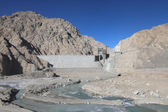 新疆若羌县:若羌河水库正式下闸蓄水
