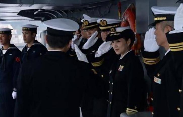 她是日本首位女性舰长,虽然已年近半百,但气质依旧飒爽