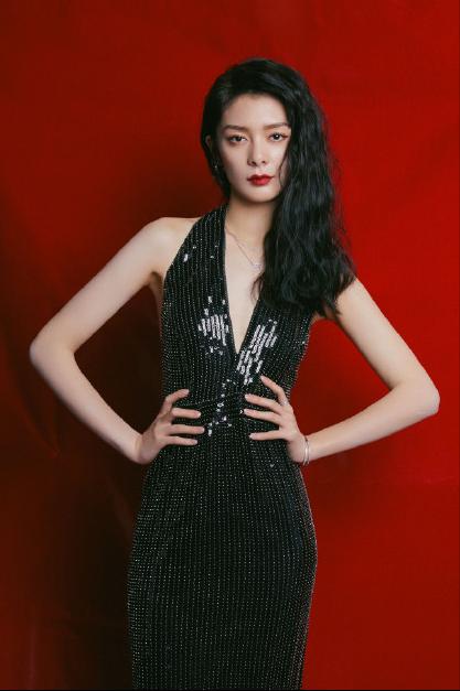 名门泽佳:傅菁港风造型绝美!穿红色西装搭黑色泳衣效果又酷又飒