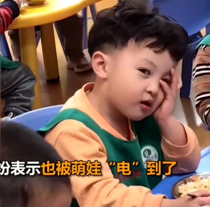 """幼儿园萌娃对老师""""放电"""",老爸大喊冤枉:真不是我教的"""