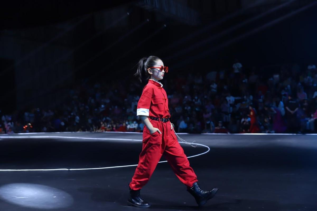 佟�O勇夺2021精英童模超级联赛网络人气冠军