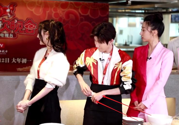 王源节目中亲自下厨,却因摘手套被热议,小动作暴露有无素养