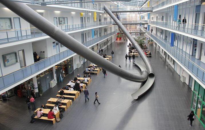 在学校里见到的新发明,慕尼黑技术大学的滑梯看起来很刺激
