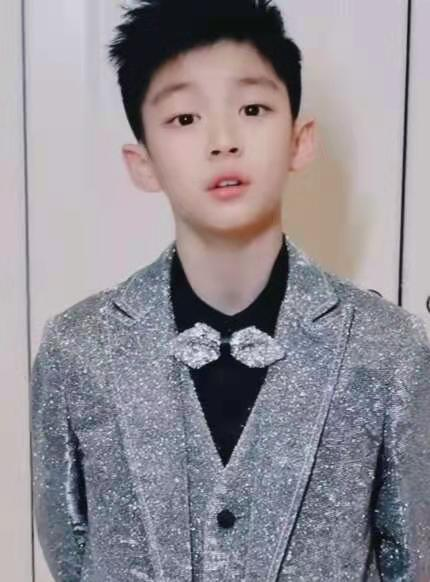 曹颖9岁儿子晒近照,被指撞脸王一博,网友:不出道对不起这张脸
