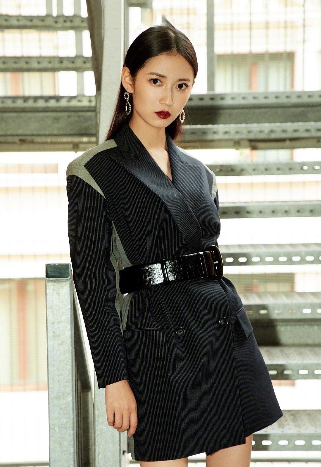 陈钰琪衣品很不错,套装精致民族优雅休闲清爽,演绎别致的时髦感