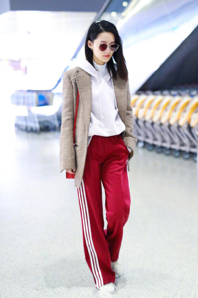 杨钰莹露一截腰真抢镜,穿校服裤甜美似小姑娘,果然岁月不败美人