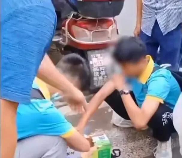 学校拒绝学生将牛奶带入校园,学生校门口喝掉一半