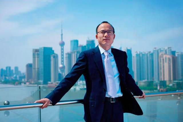 从4万到400亿,复旦老师仅用6年成上海首富,娶著名主持为妻