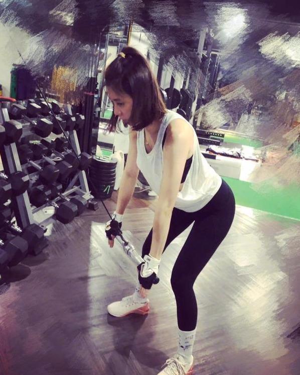 賈靜雯一直堅持健身,被英國媒體稱贊:外表比實際年齡小一板
