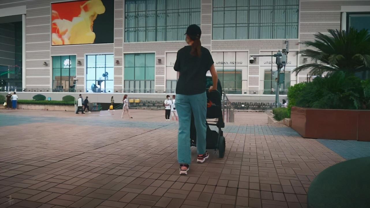 张晋晒幸福vlog,陪老婆儿女游重庆,乐儿与爷爷同框超温馨