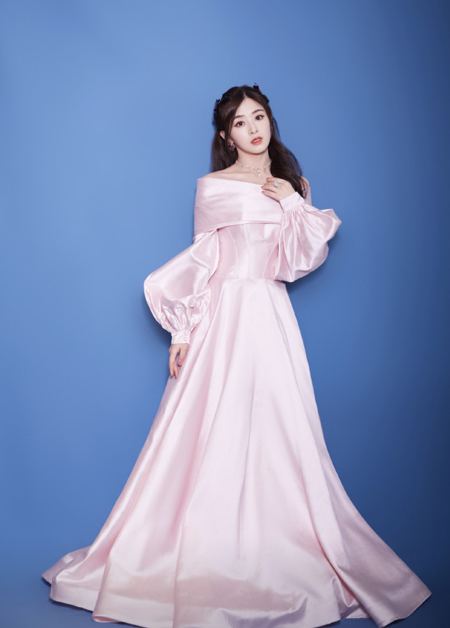 """张含韵翻红后更美了,穿上粉色露肩裙,还是当年那个""""酸甜女孩"""""""