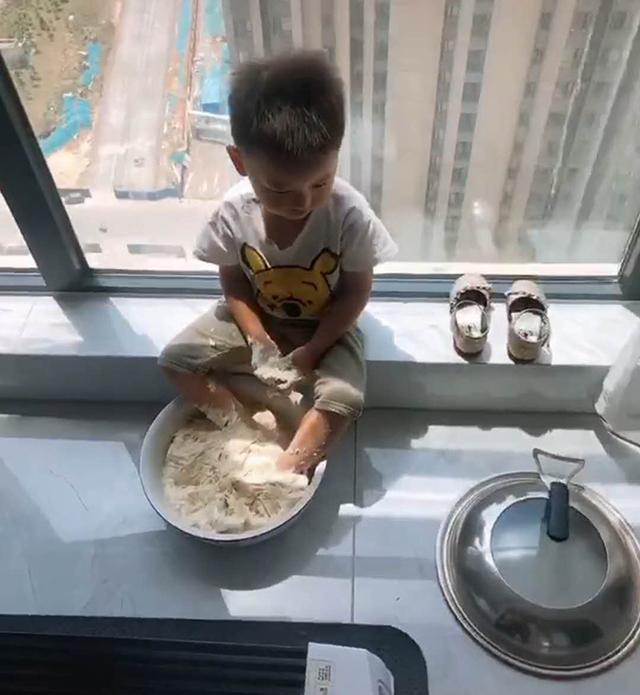 """【妈妈准备和面蒸馒头,接个电话回来,发现面盆变成儿子""""洗脚盆""""】图1"""