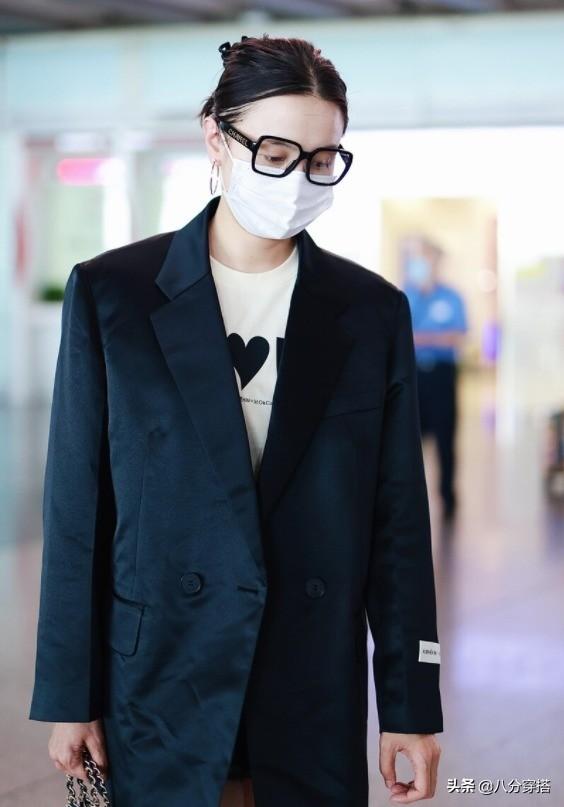 宋佳气质这块拿捏得太稳,黑色缎面西装配白T恤干练利落,太惹眼