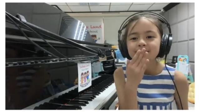 梁咏琪女儿幼儿园毕业,和同学郊游身高优越,弹唱妈妈的歌超治愈