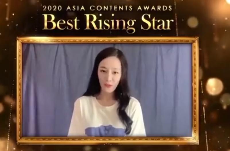 迪丽热巴获韩国电影节大奖,全程英文发表感言,网友:英语好流利