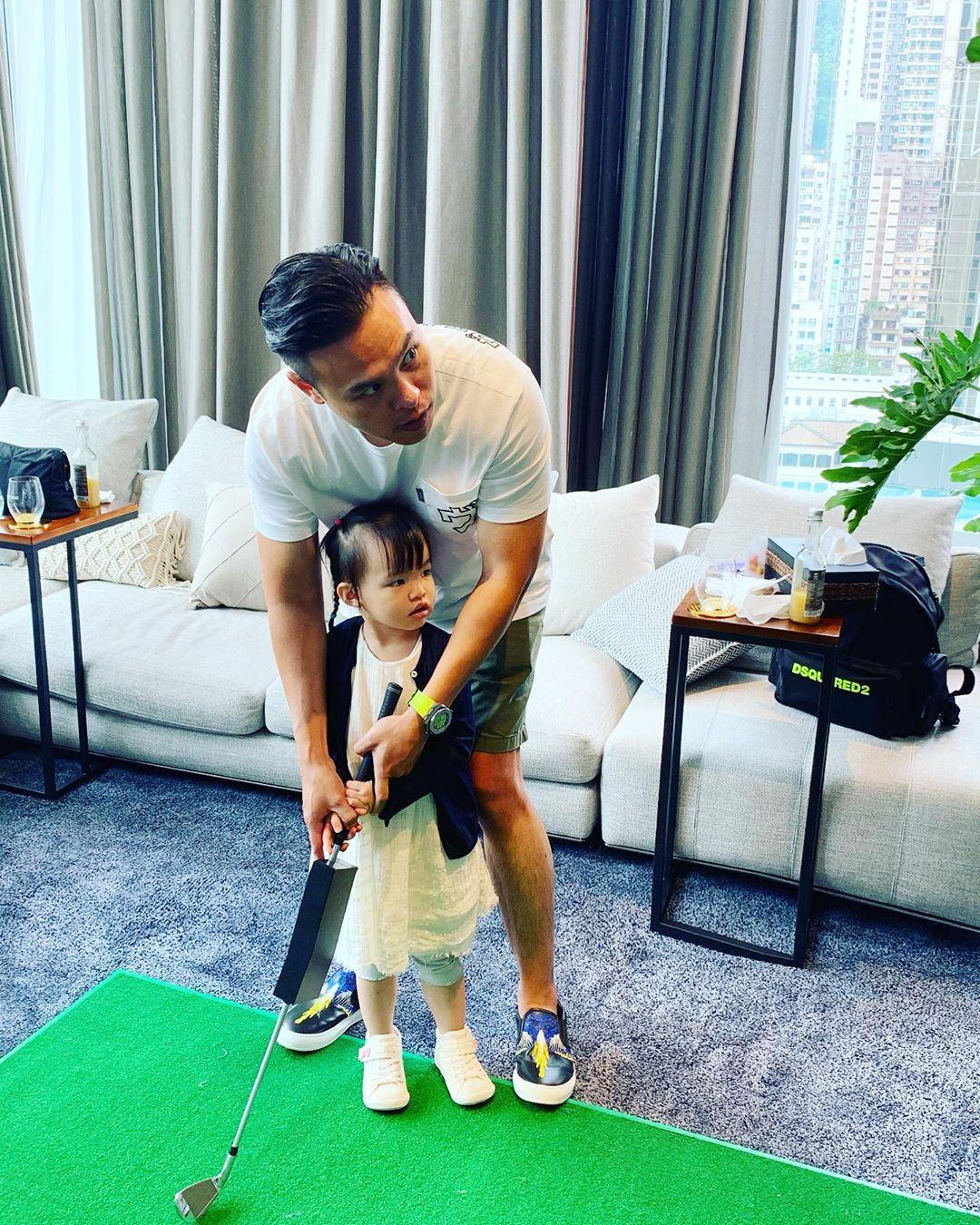 熊黛林晒亲子时光,夫妻带女儿在家打高尔夫,网友却聚焦豪宅面积
