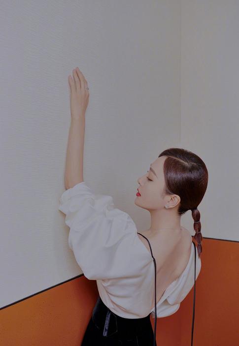 40岁秦岚少女感十足,黑白搭配不显沉闷,向山风姐姐藕节辫致敬