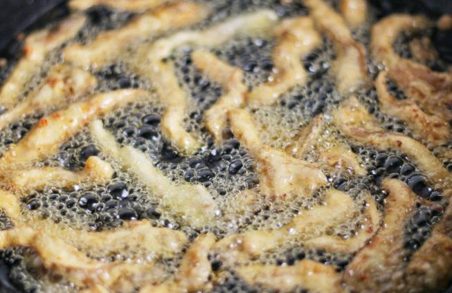 """炸蘑菇,用淀粉还是用面粉?牢记""""用粉比例"""",蘑菇酥脆不易回软"""