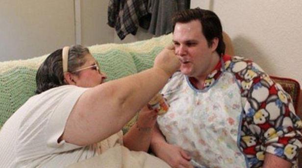 33歲仍穿紙尿褲,吃飯全靠餵、不哄就不睡,一個孩子被父母養廢