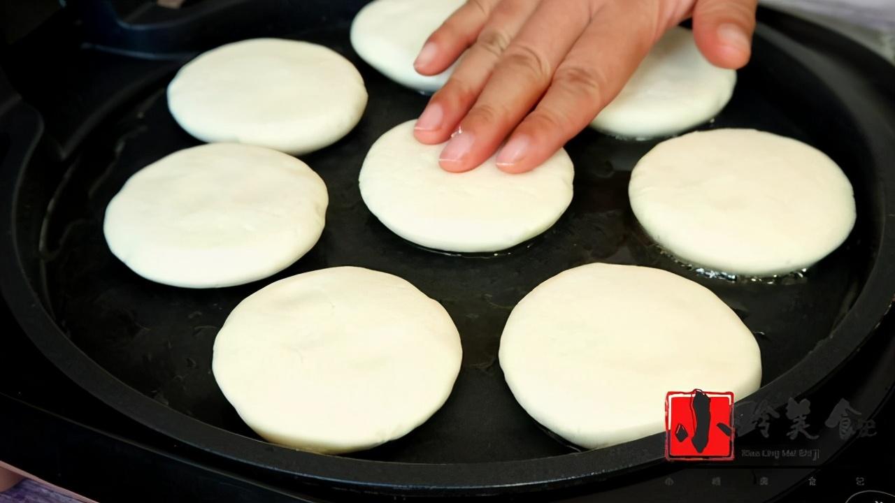 教你糯米芝麻小糖饼的做法,外酥里糯,馅料香甜,大人孩子都爱吃