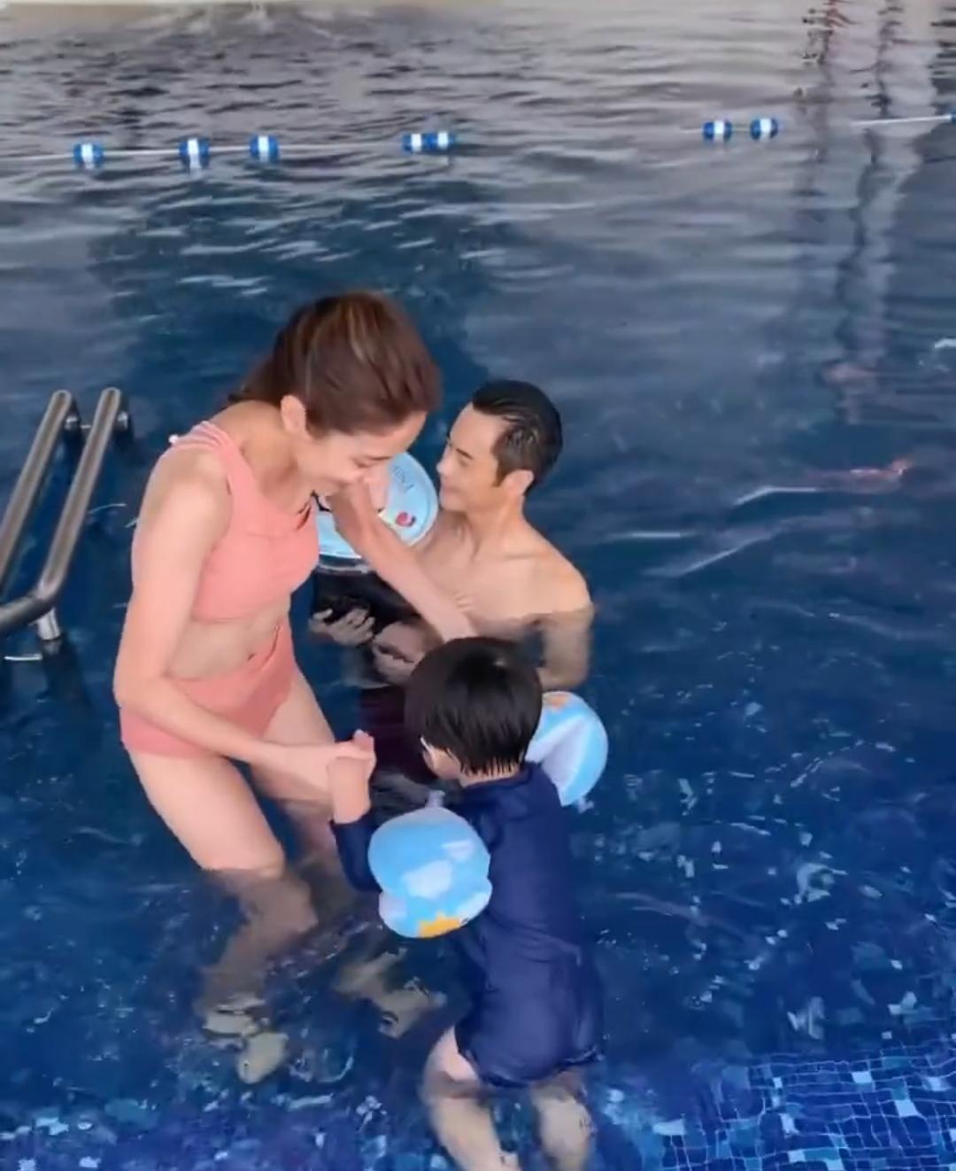 郑嘉颖小22岁娇妻陈凯琳晒生活日常庆生,一家四口泳池玩水超幸福