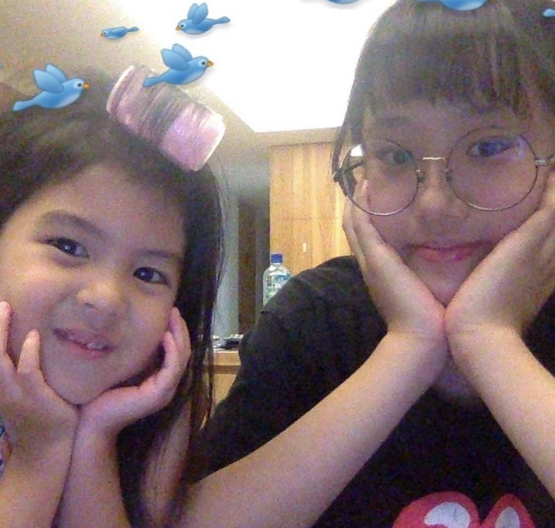 梧桐妹晒与咘咘同框,姐妹俩表情俏皮搞怪,同款双眼皮大眼睛出众