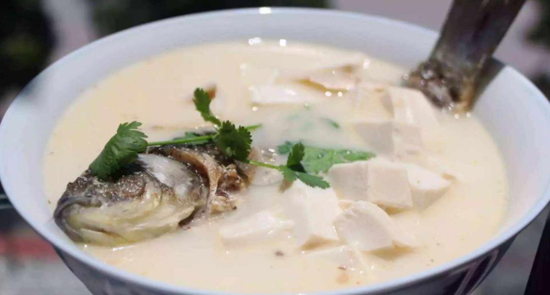 """不管炖什么鱼,只需掌握""""2个技巧"""",炖出来的鱼汤浓白又营养"""