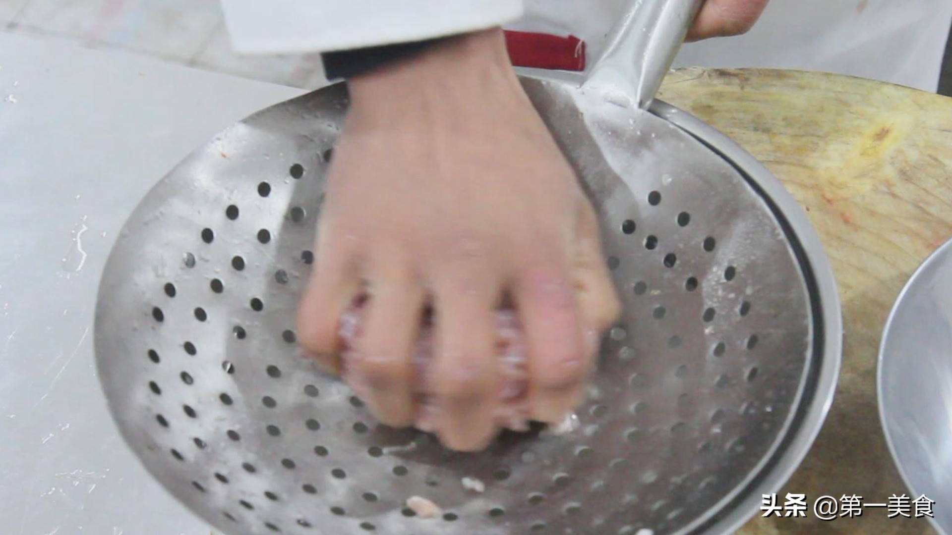 厨师长教你做青椒肉丝,肉丝滑嫩,青椒清脆,味道绝美 美食做法 第3张