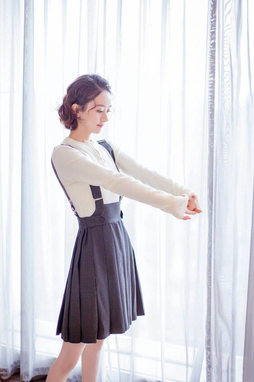 百褶裙才是永不过时的夏日单品,轻盈俏皮又优雅,谁穿谁减龄