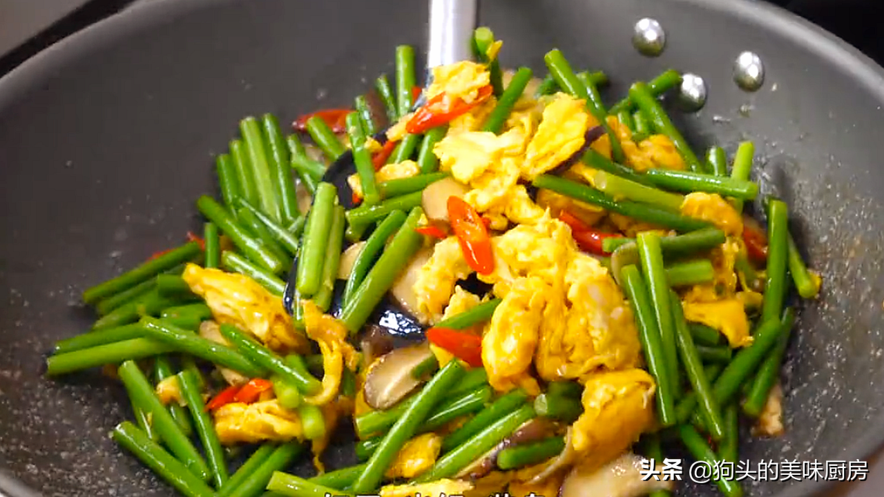 炒蒜苔时,切记不要直接下锅,多加1步,脆嫩入味,营养又下饭 美食做法 第13张